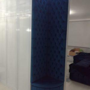 Шкаф белого цвета с пуфиком синего цвета