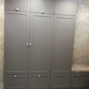 Шкаф с распашными дверьми серого цвета