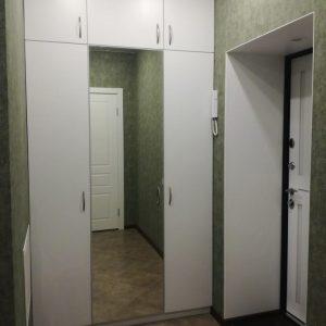 Шкаф с распашными дверьми в прихожей
