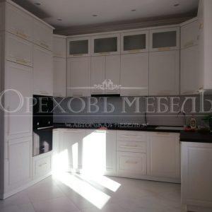 Кухня белая П образная с фрезеровкой