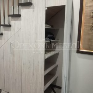 Шкаф под лестницей в прихожей