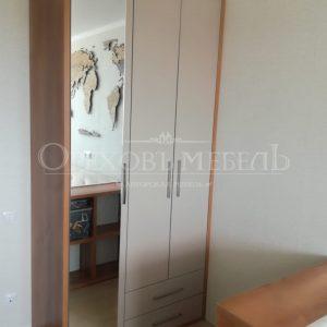 Стильный шкаф с распашными дверьми