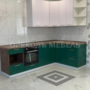 Кухня в белых и зеленых оттенках